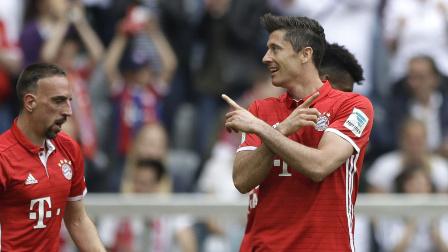 莱万戴帽加2传平纪录穆勒2球加2门柱 拜仁6-0奥格斯堡