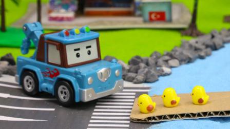 『奇趣箱』变形警车珀利玩具视频:拖车斯普奇的休息日,帮变形警车珀利和赛车总动员解决小镇难题