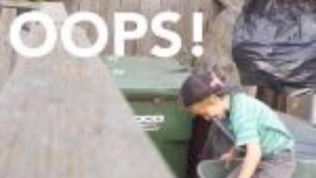 【怪咖搞笑】熊孩子躲在垃圾箱吓唬他父亲,结果。。。。