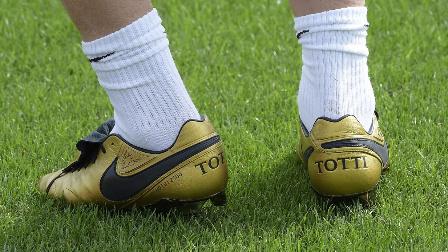 【偶偶鞋海拾贝】托蒂金色专属传奇抢镜 预定年度最近限量足球鞋