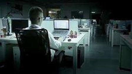 美女深夜加班时,隔壁桌电脑竟自己开启还不时...