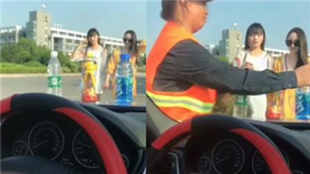 超哥精选98据说!在车头放瓶水会有美女来,可是却遇到了大妈!