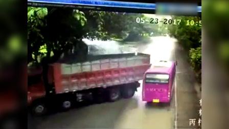突发!监拍梅州货车与中巴车相撞 6名大学生受伤