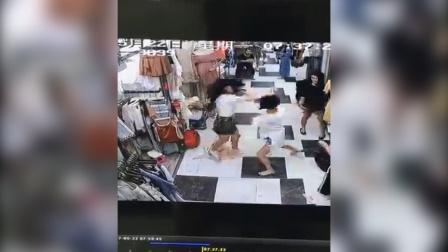 """监拍两年轻女子为抢""""地盘""""商场大打出手 现场火爆!"""