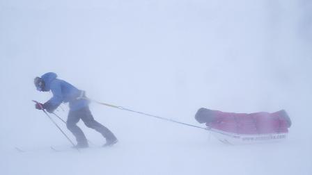 一个中国人徒步深入北极荒野4天 暴风雪中艰难前行