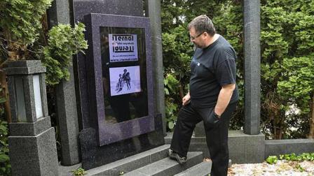 世界首款电子墓碑诞生:48英寸触摸屏可看照片,吓人!