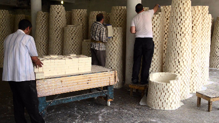 国外手工肥皂生产过程,看上去做的挺费劲