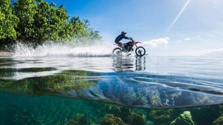 大神海上飚摩托车冲浪 水上漂速度与激情