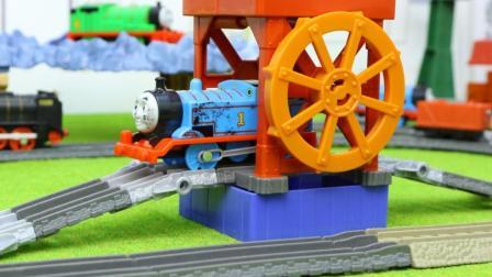 托马斯和他的朋友们装煤站与水车二合一轨道玩具分享