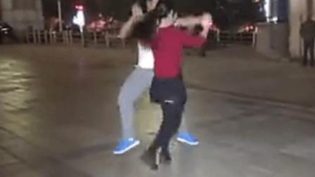 交谊舞: 小两口跳广场舞 《遇上你是咱俩的缘》