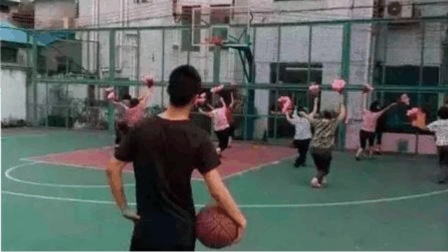 在篮球场跳广场舞合适吗