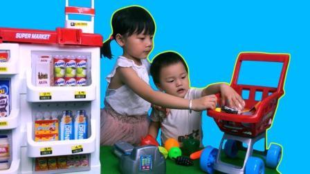 小朋友推购物车到超市购物