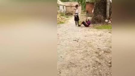 实拍女子虐待白发老人 拳打脚踢引众怒