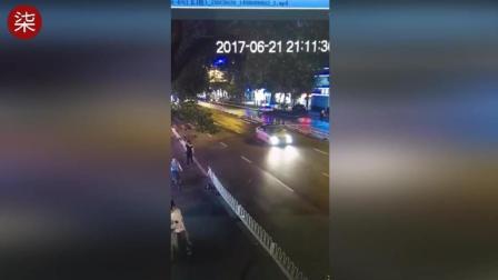 监拍轿车撞击路人后二次碾压 致1死1伤司机逃逸