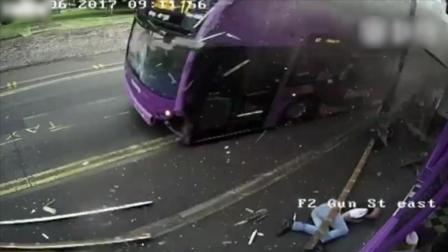 监拍男子被失控大巴撞飞 淡定起身走进酒馆