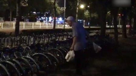 女子拍老人破坏共享单车视频 遭对方辱骂尾随