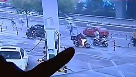 济南街头一外卖车突然着火 外卖小哥竟用嘴去灭火
