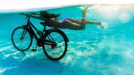 女神马尔代夫表演水下骑自行车 呼吁关注气候变化