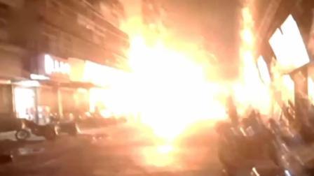 实拍变压器故障火星四溅 引发居民楼大火