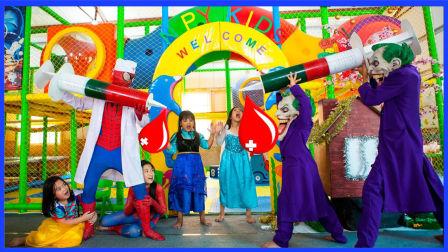 邪恶小丑霸占游乐场注射枪 超级英雄小蜘蛛侠反击战动画真人秀 小猪佩奇 奥特曼 猪猪侠