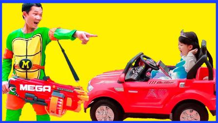 坏蛋小丑抢劫小小艾莎公主 忍者神龟软弹玩具枪射击坏人 超级英雄卡通真人秀 美国队长