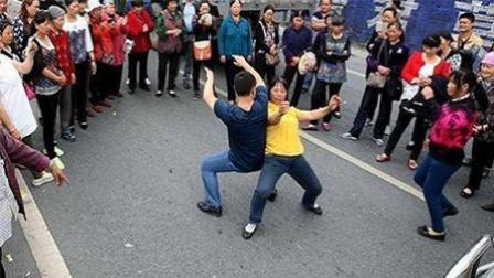 胡狼作品:郑州尬舞一条街 这是要推广全国的节奏吗