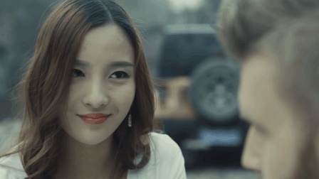 老外带着中国女孩去山中打猎 结果看到这样恐怖的一幕
