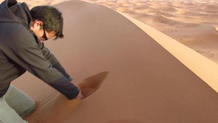 好玩! 在撒哈拉沙漠玩沙子会让人感觉到舒服