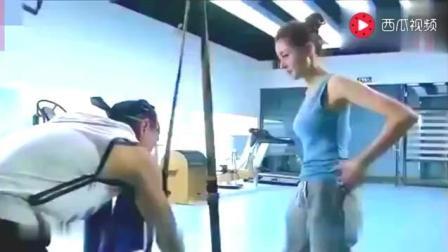 张天爱去健身房 没想到被教练这样占了便宜 姿势很美好