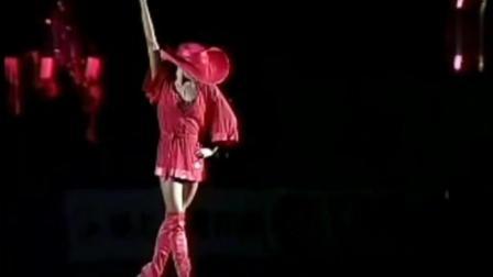 红衣女子一曲拉丁舞征服全场 原来是世界冠军
