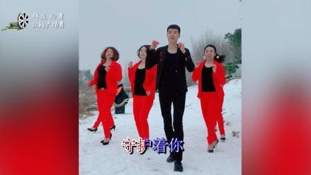 帅小伙带着制服美女齐跳广场舞, 大雪天美女们不冷?