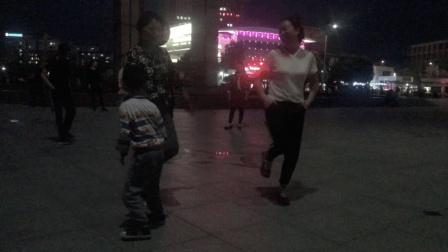 2个47岁漂亮阿姨广场练鬼步舞基础奔跑, 每天坚持30分钟, 减肥瘦身