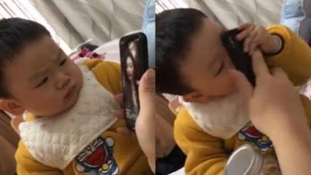 萌娃看美女自拍一脸严肃 下一秒猛亲手机屏