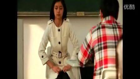 爆笑视频 美女老师的裤子让学生搞开了》