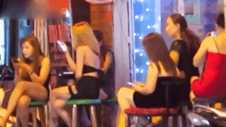 去越南旅游时, 实拍街头酒吧美女, 看来美女们的