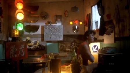 小伙家里装红绿灯,房间改成酒吧,美女一进来