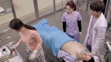 病人急需手术,大夫不在,隔壁病人戴起手套就操刀,瞬间脱离危险