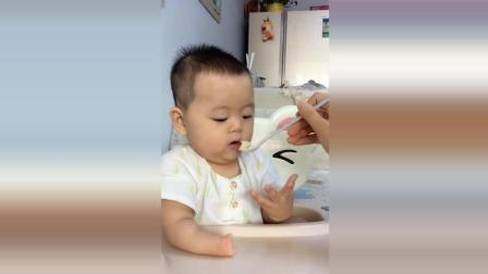妈妈喂宝宝吃饭, 接下来看见宝宝右手没有手指看了很心疼!
