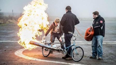 牛人自制喷气式自行车 用煤气罐做引擎 跑起来超炫酷