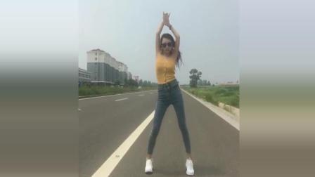 表妹马路边自拍热舞, 好担心路过的车子啊