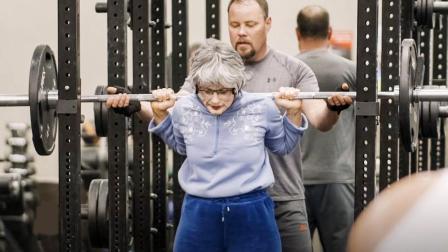 80岁老太太 玩转健身房 健身教练 我是不是眼花了