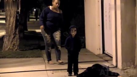 国外爆笑街头恶搞: 小孩戴着面具躲在暗处, 路人