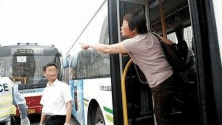 """因多刷1块与司机争吵乘客劝解""""重庆公交车你不"""