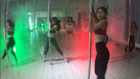 来见识一下最流行的健身项目~钢管舞