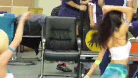 美女啦啦队球场大跳热舞, 现场的男球迷不淡定了