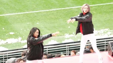 美女啦啦队98K舞蹈, 大冬天还要在球场活跃气氛
