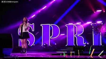 S M G主持人丹丹在迎新歌会《我和春天有个约会》的演唱
