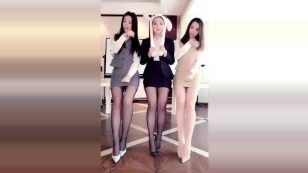三个丝袜制服美女表演动耳神功