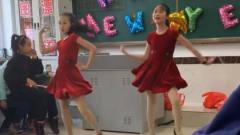 女同学穿短裙跳拉丁舞,男同学这魔性的笑声,腿上动作很好看