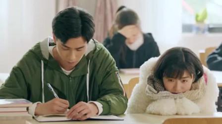 致我們單純的小美好:陳小希看完一頁就蹭一下江辰,江辰就幫她翻一頁,好暖心
